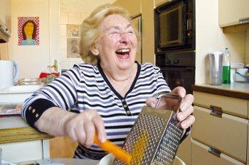 Oma bumst vor der Kamera heftig ab.
